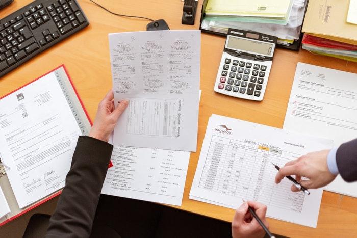 dokumenty i kalkulator na biurku